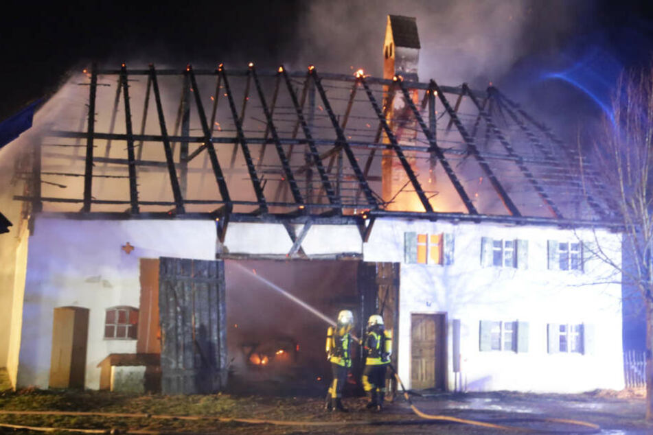 Die umliegenden Feuerwehren konnten den Brand letztlich löschen.