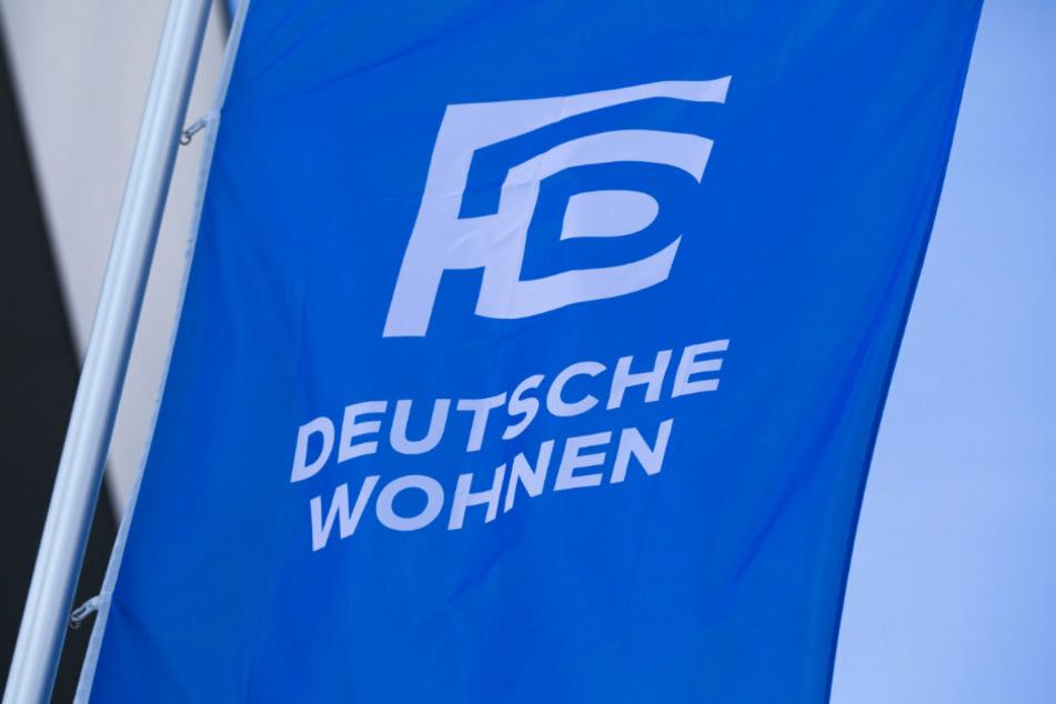 Das Logo des Immobilienkonzerns Deutsche Wohnen ist am Morgen auf einer Fahne vor dem Eingang zur Hauptversammlung des Unternehmens zu sehen.