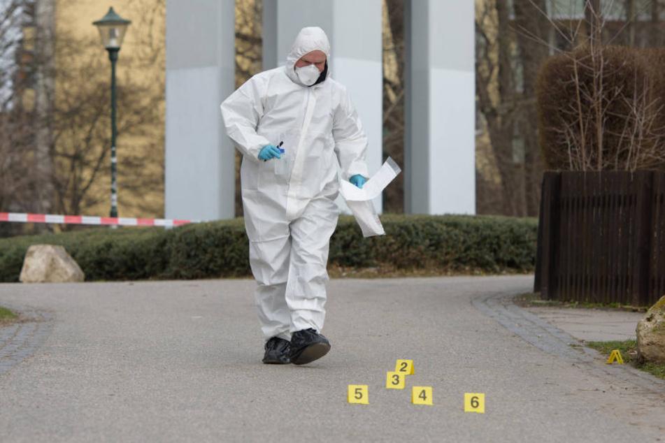 Die Spurensicherung nimmt noch immer am Tatort Beweise auf.