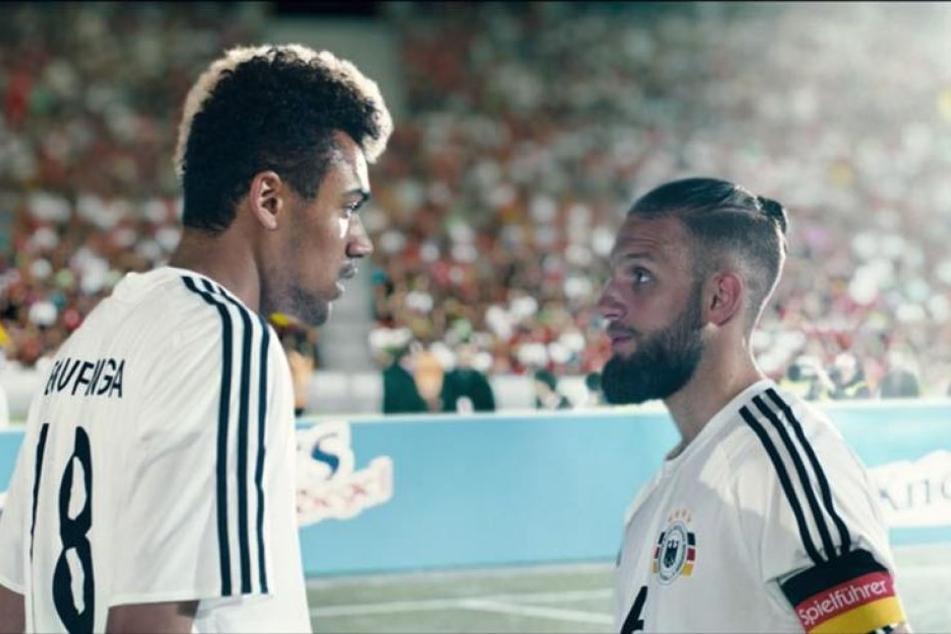 """In der Netflix-Serie """"Dogs of Berlin"""" spielt Langston Uibel (l.) das Fußballtalent Raphael Bou'Penga von Bundesligist RB Leipzig."""