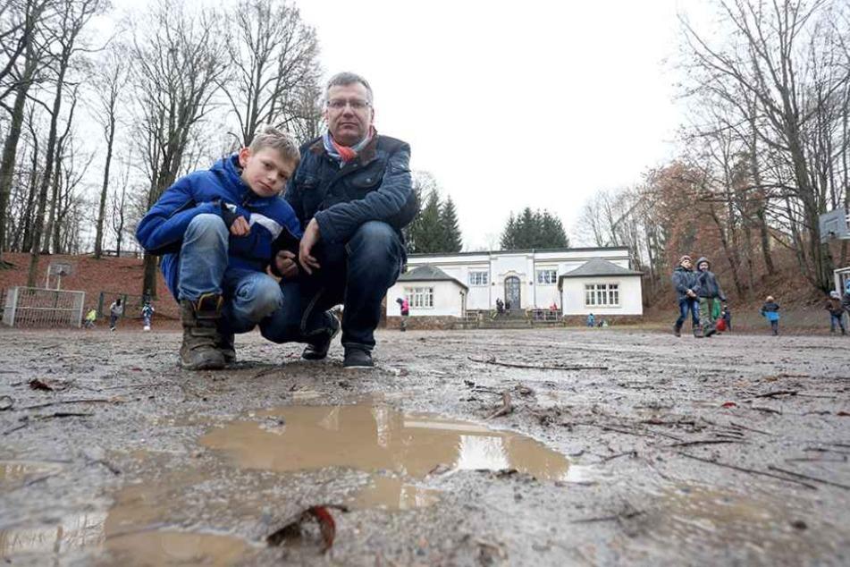 Der Einsiedler Ortsvorsteher Falk Ulbrich (49, CDU) und Sohn Janis (10) hoffen, dass sich auf dem Schulhof bald etwas tut.