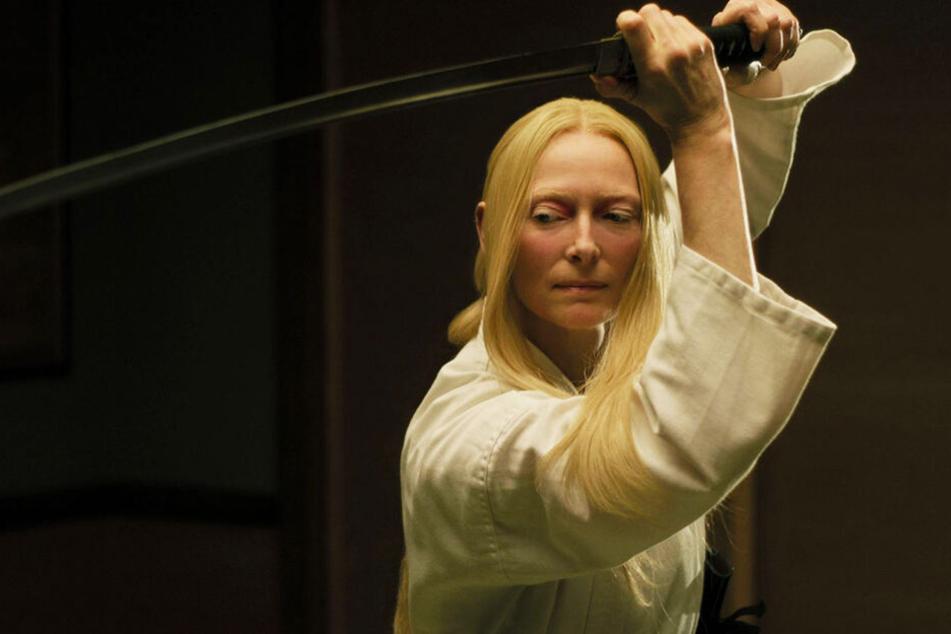 Die Schottin Zelda Winston (Tilda Swinton) weiß sich mit ihrem Samurai-Schwert bestens zu helfen.