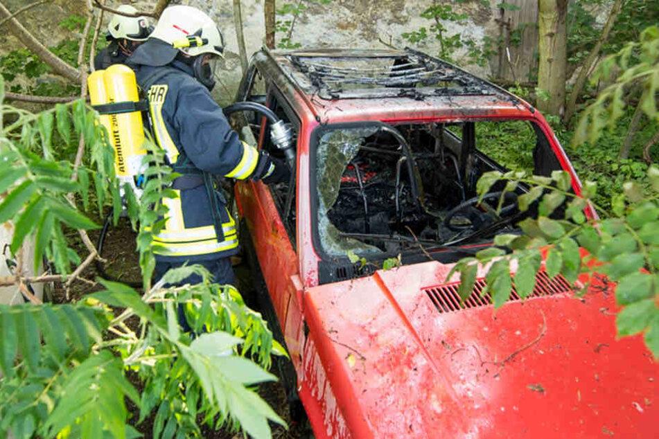 Dort brannte ein Auto ab, das zwei zündelnde Kinder in Brand gesteckt hatten.