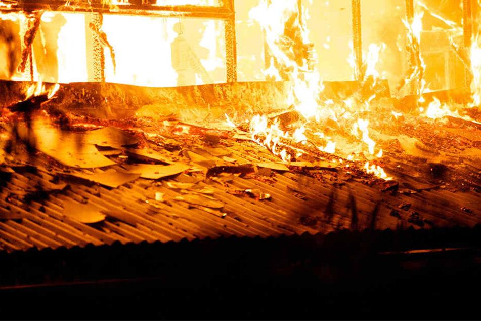 Das Feuer wurde gelöscht und die Rettungsarbeiten laufen weiter. (Symbolbild)