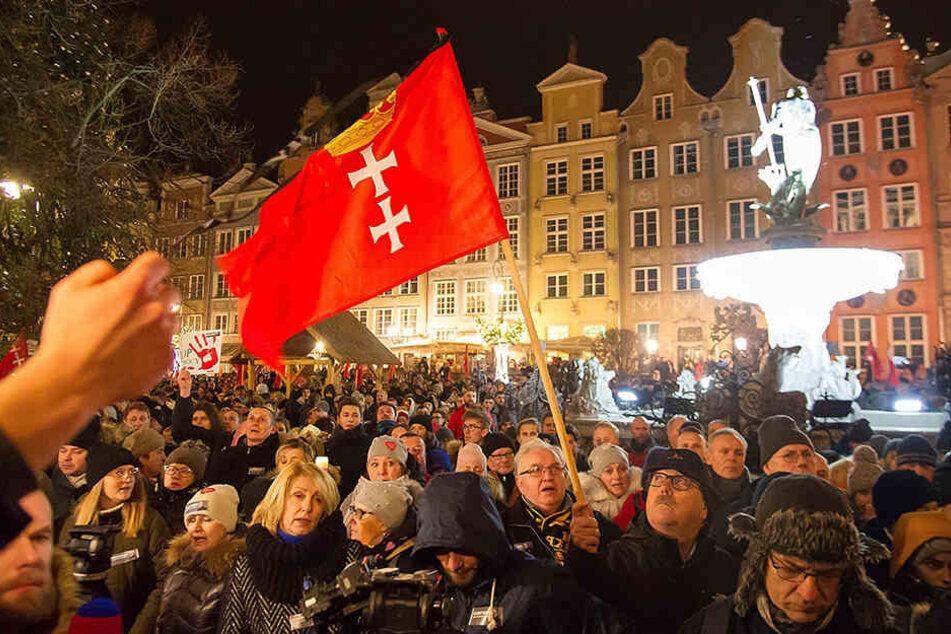 Menschen nehmen am 14. Januar an einem Gedenkmarsch für den verstorbenen Bürgermeister von Danzig, Pawel Adamowicz, teil.