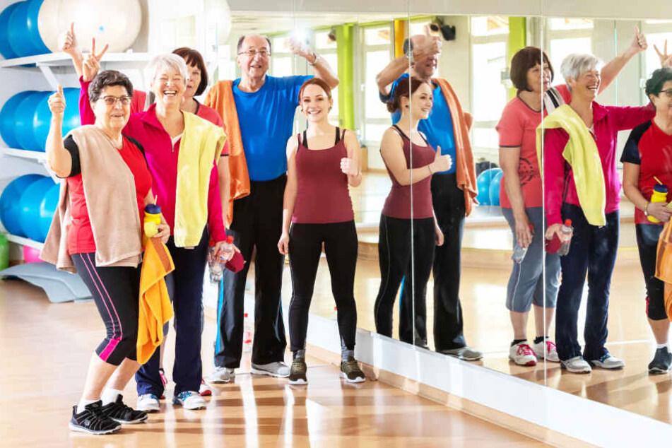 Sportliche Rentner (v.l.): Beate Lorenz (77), Christine Reichel (70), Renate Petzold (74), Günter Krauß (84) und Trainerin Lucy Wohlgemuth (18).