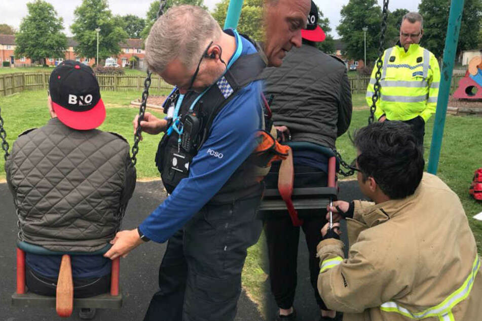 Mithilfe eines Schraubenziehers befreite die Feuerwehr den Mann aus seiner misslichen Lage.