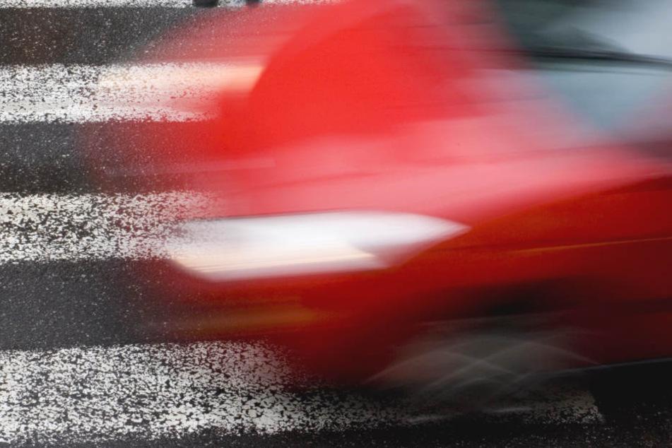 Skrupellos: Pkw-Fahrer fährt Junge (12) auf Schulweg an und flüchtet eiskalt