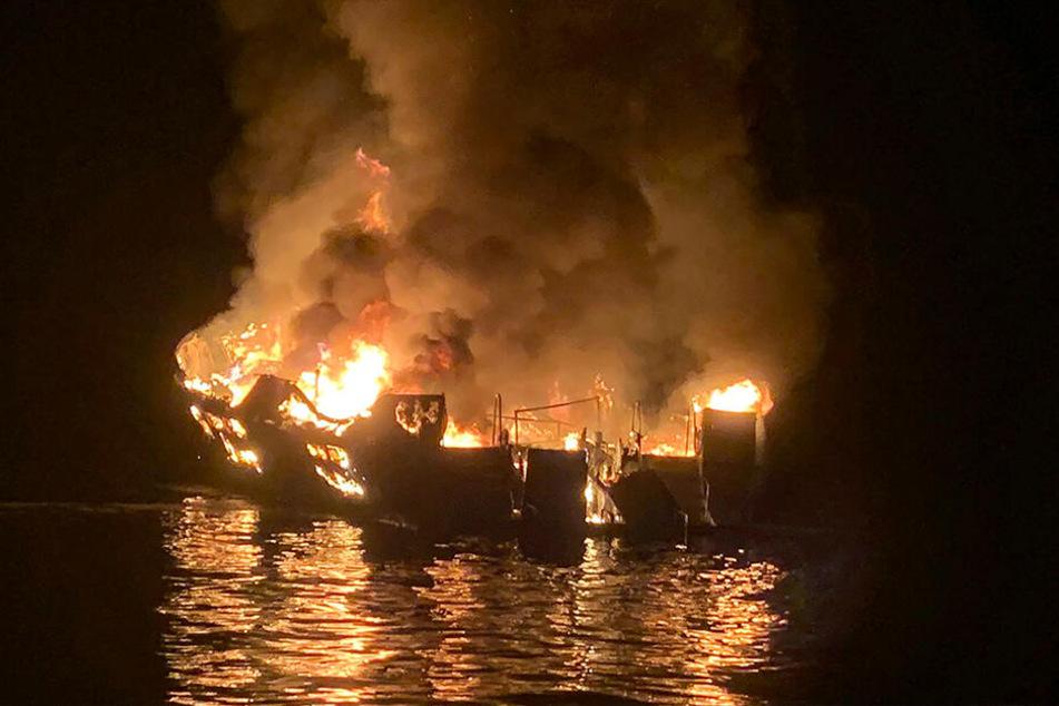 Blick auf das brennende Schiff: Bei einem Feuer auf einem Ausflugsschiff vor der Küste Kaliforniens sind mindestens acht Menschen ums Leben gekommen.