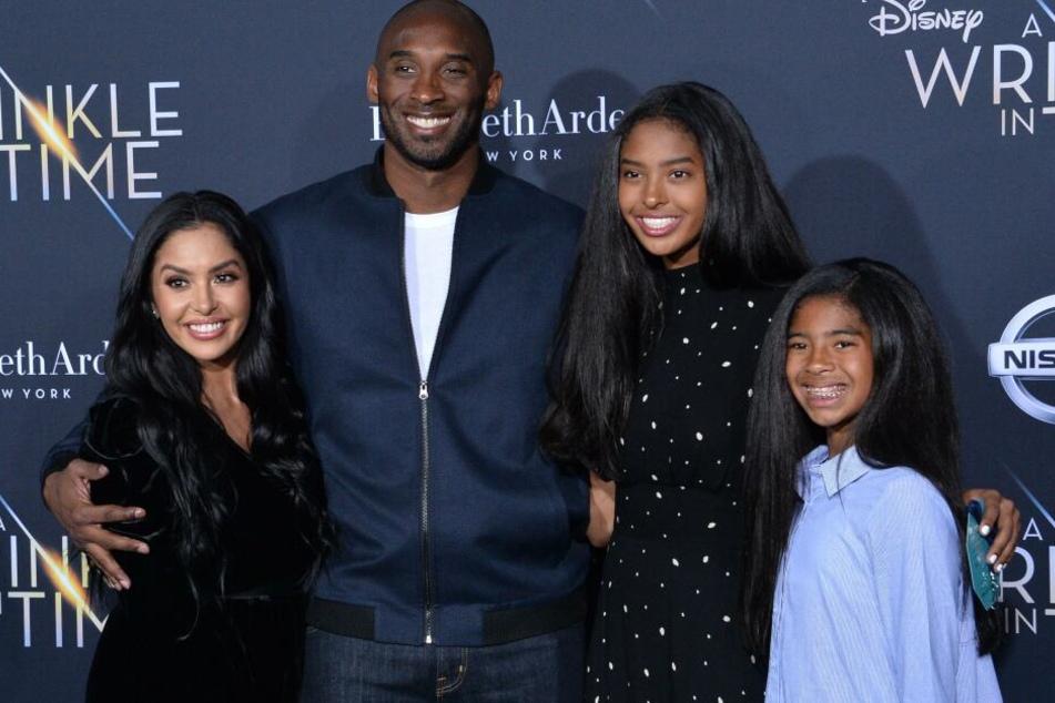 Kobe Bryant mit seiner Frau Vanessa (l), und seinen beiden Töchtern Natalia und Gianna (r). Gianna soll bei dem Absturz ebenfalls ums Leben gekommen sein.