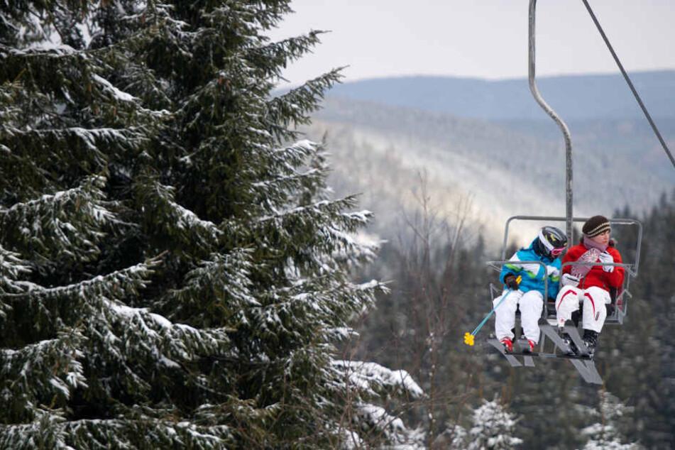 Zwölf Menschen hängen anderthalb Stunden im Skilift fest