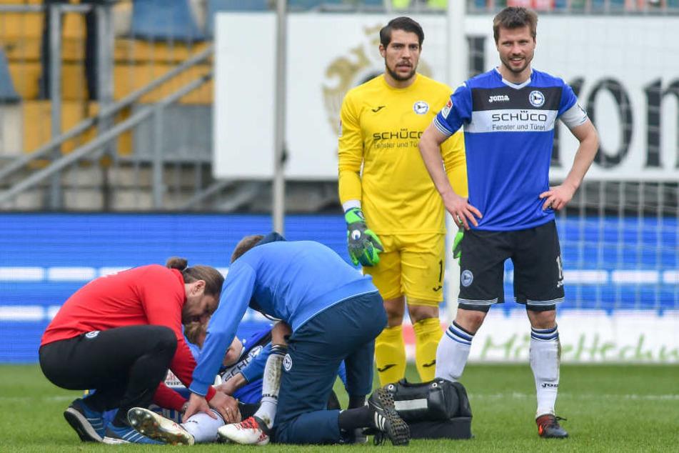 Physiotherapeut Michael Schweika und Teamarzt Dr. Stefan Budde behandeln Brian Behrendt.