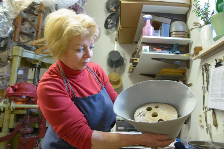 Hüte aus Filz in Form zu ziehen, ist für Modisten-Meisterin Barbara Förster echte Muskelarbeit.