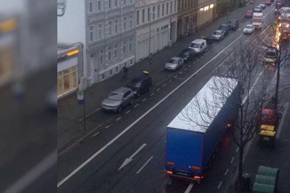 Fußgängerinnen von Pkw erfasst und über Straße geschleudert