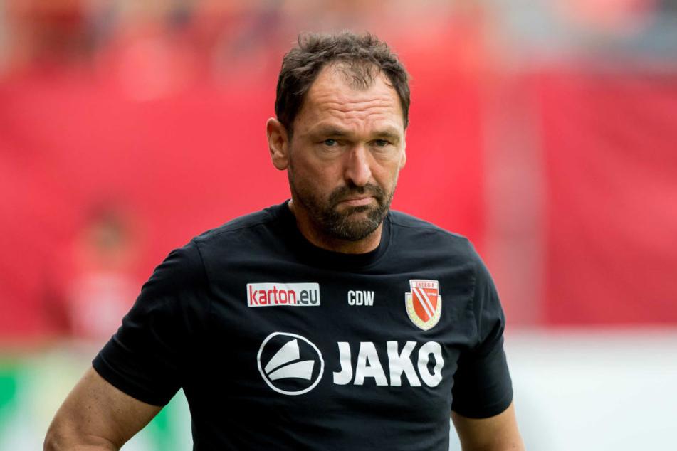 Cottbus-Trainer Claus-Dieter Wollitz will mit seinen Jungs in die Dritte Liga aufsteigen.