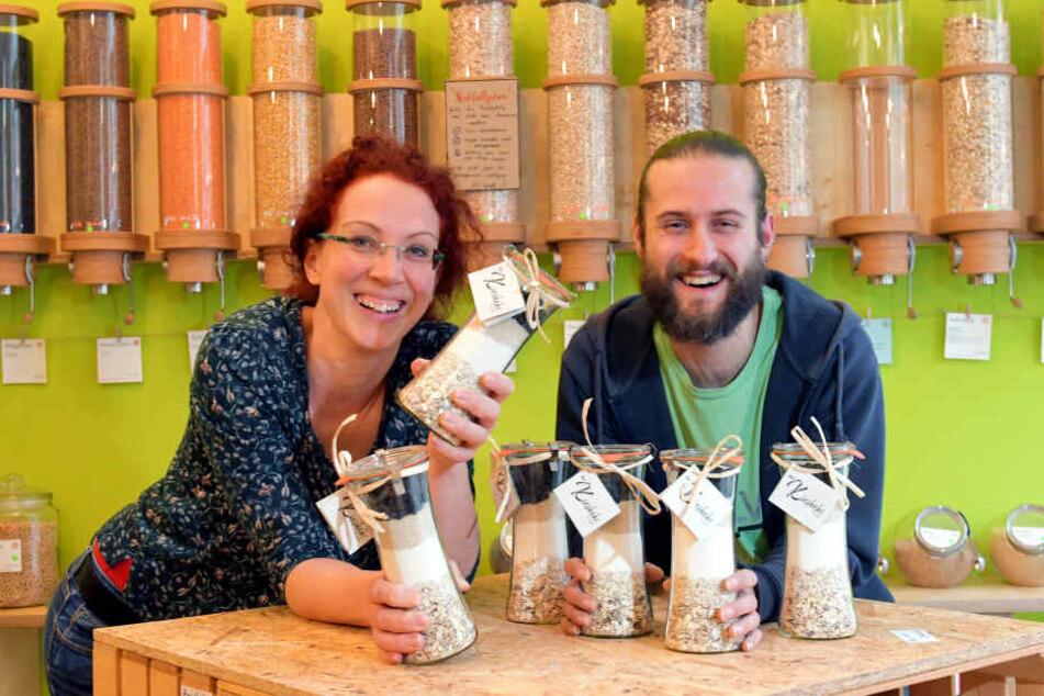 """Pieschen hat 'nen eigenen Keks: Die Kiezkeks-Backmischung war die Idee von Änne Stange (39) vom """"Café Gemüsetorte"""" und Sven Wruck (38) vom """"Quäntchen""""."""