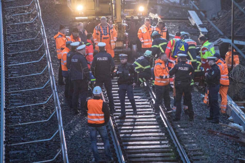 Der Rettungsdienst versorgt den Verletzten am Gleisbett.Ein Stahlträger fiel auf den Mann.