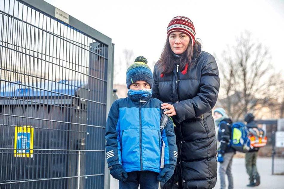 Mutter Bertha Alvarez (48) hat wegen des morgendlichen Verkehrs-Chaos Angst um Sohn Carlos (6).