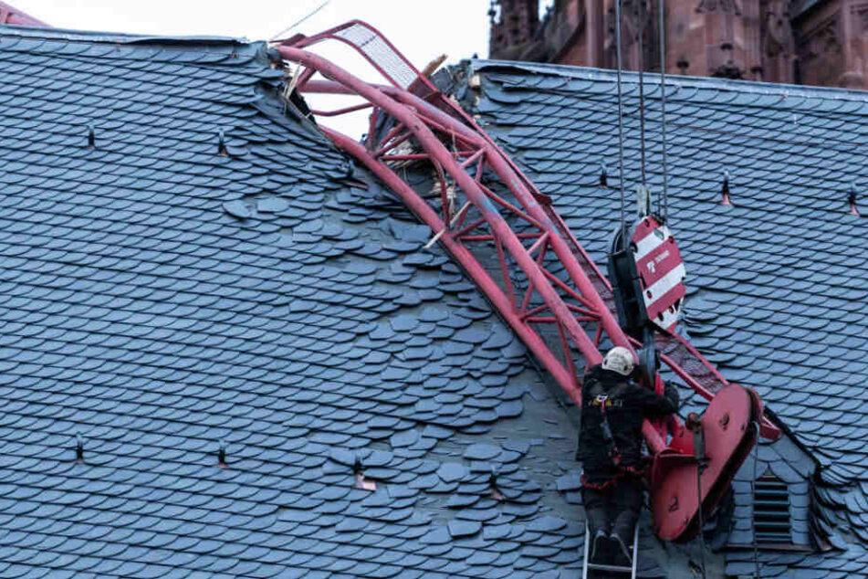 Das Dach war durch den umgeknickten Kran schwer beschädigt worden.
