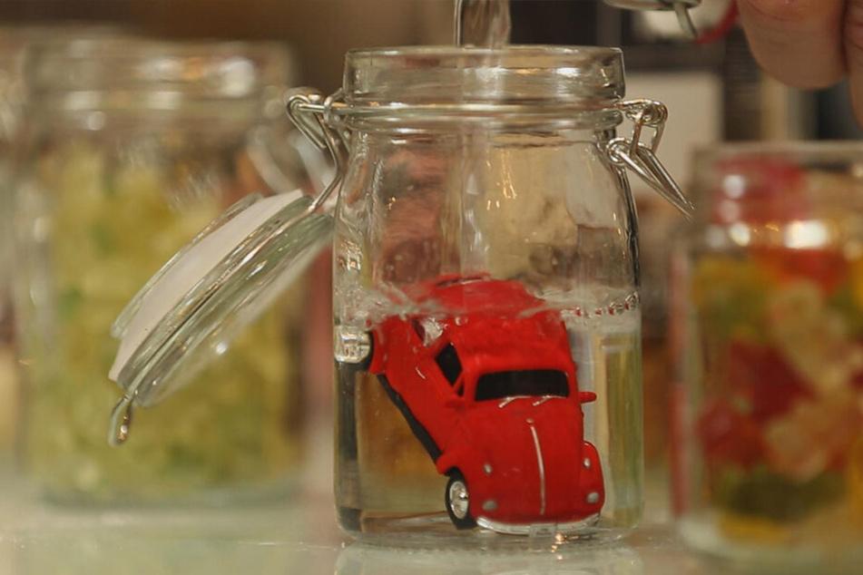 Der Alkohol nimmt den Geruch der Gummireifen und der Lackierung des Spielzeugautos auf.