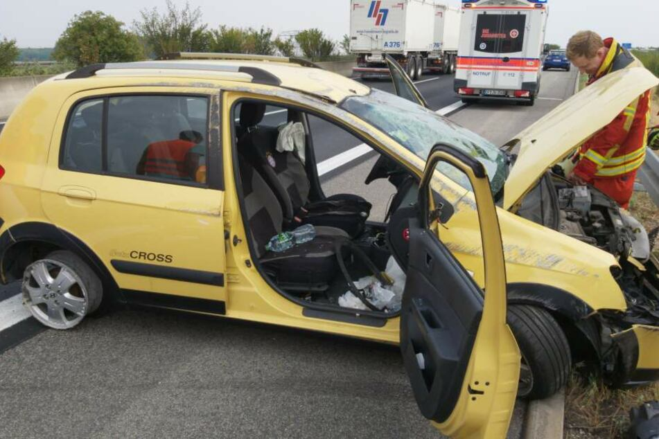 Reifen platzt beim Überholen, zwei Menschen schwer verletzt