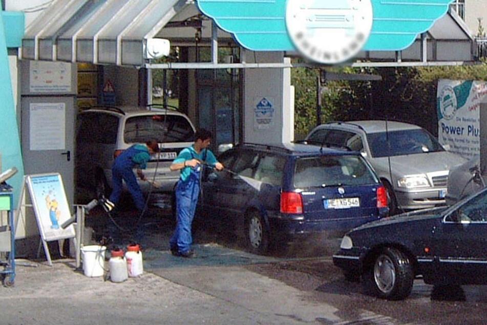 Oma rast mit Vollgas durch die Waschanlage: 90.000 Euro Schaden