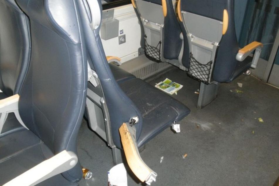 Mindestens 86 Fußball-Chaoten randalierten im Regionalexpress, nahmen Sitze auseinander und zertrümmerten Klapptische.