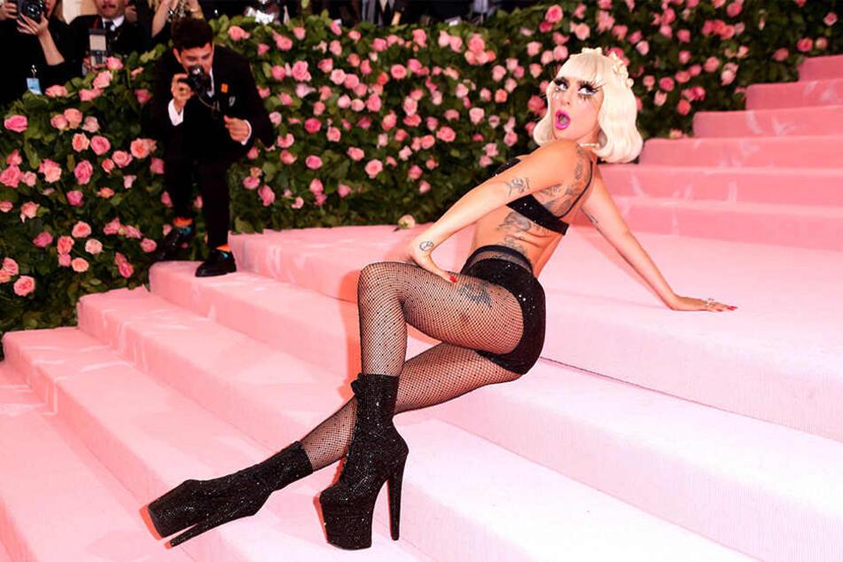 Zum Schluss ihres Auftritts räkelte sich Lady Gaga für die Fotografen auf der Treppe des Metropolitan Museums.
