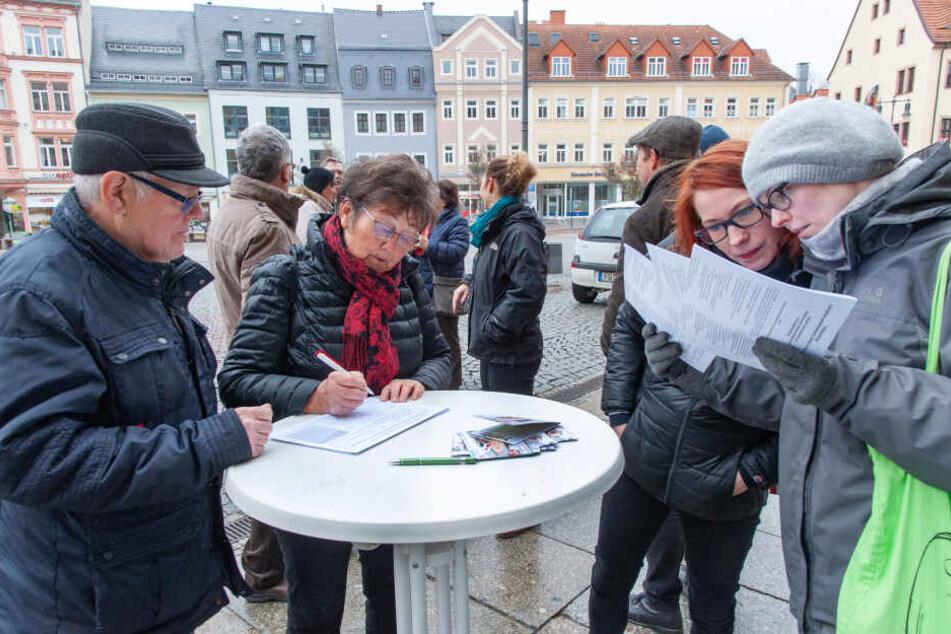 Rund 100 Bürger unterschrieben in Döbeln und Mittweida (F.) den Antrag an den Landtag.