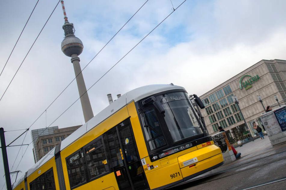 Der Fernsehturm am Alexanderplatz ist gesperrt. Straßenbahnen werden umgeleitet.