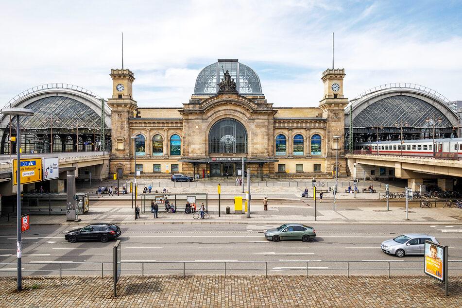 """An der Haltestelle """"Hauptbahnhof"""" verließ der Mann den Bus. Polizisten fanden ihn wenig später auf dem Vorplatz."""