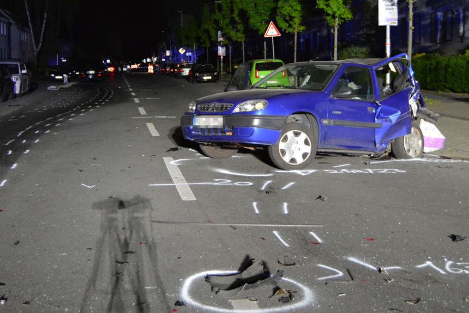 Das Auto einer Unbeteiligten steht auf einer Straßenkreuzung. Nach einem illegalen Autorennen mit einem Todesopfer in Moers hat das Landgericht Kleve den 22-jährigen Fahrer wegen Mordes verurteilt.