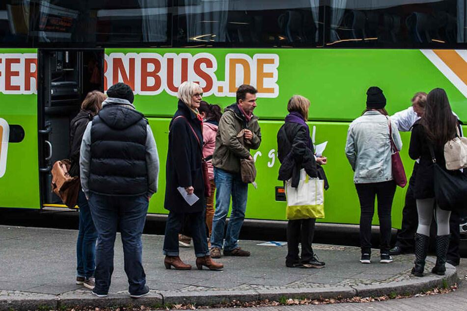 Fahrgäste warten auf den Check-In am ZOB in Berlin-Westend.