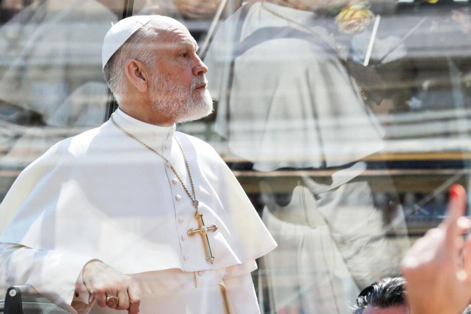 """John Malkovich, US-Schauspieler, fährt während der Dreharbeiten der Serie """"The New Pope"""" in einem schwarzen Papamobil."""