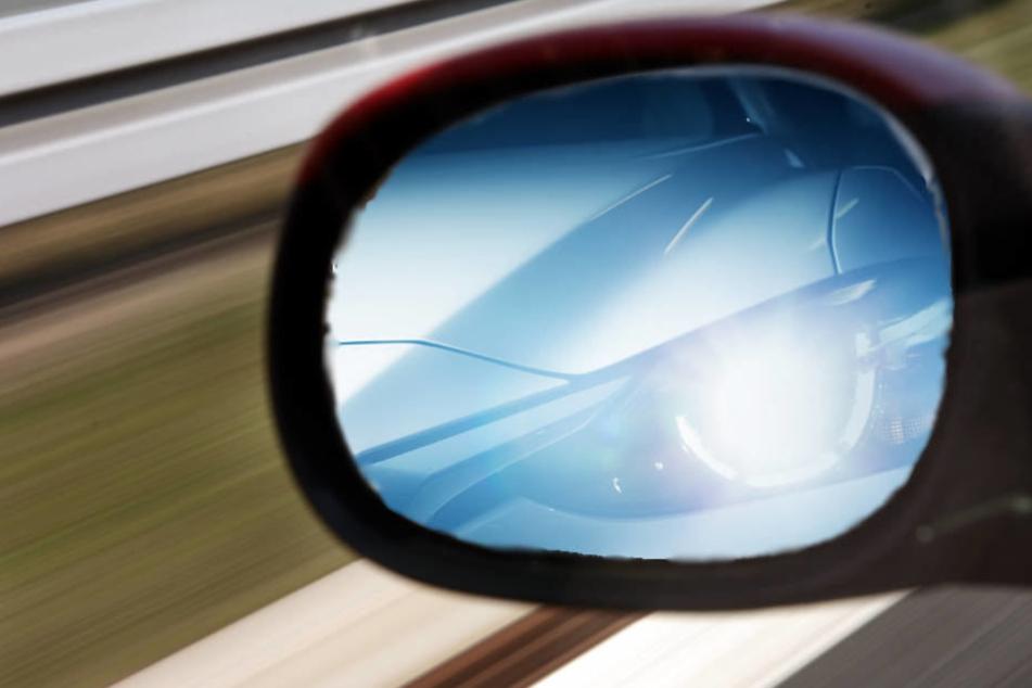 Der Porschefahrer fuhr dicht auf und gab Lichthupe. Dann passierte es (Symbolbild).