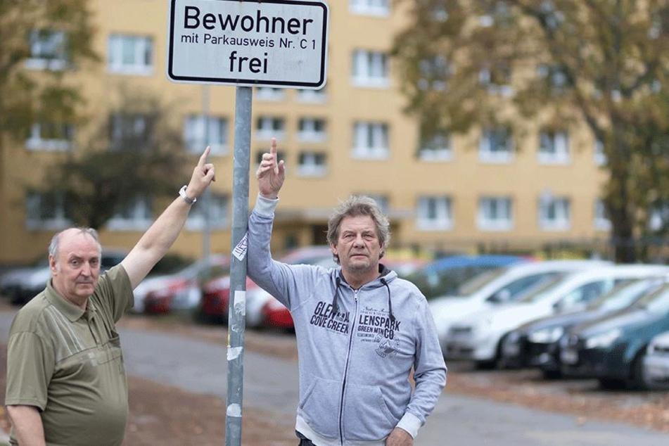 Hier dürfen nur Anwohner parken: Jürgen Götz (l.) und Jens Schober beschweren  sich über den angeblichen Missbrauch.