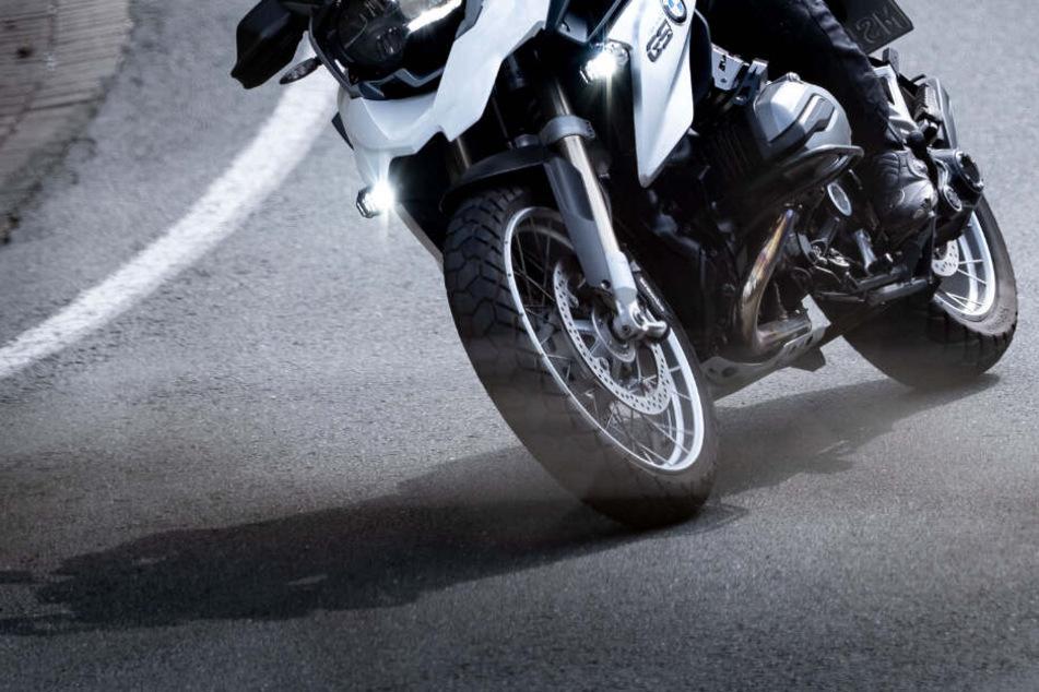 Nach Streit: Hat Auto Motorradfahrer angefahren und ist dann abgehauen?