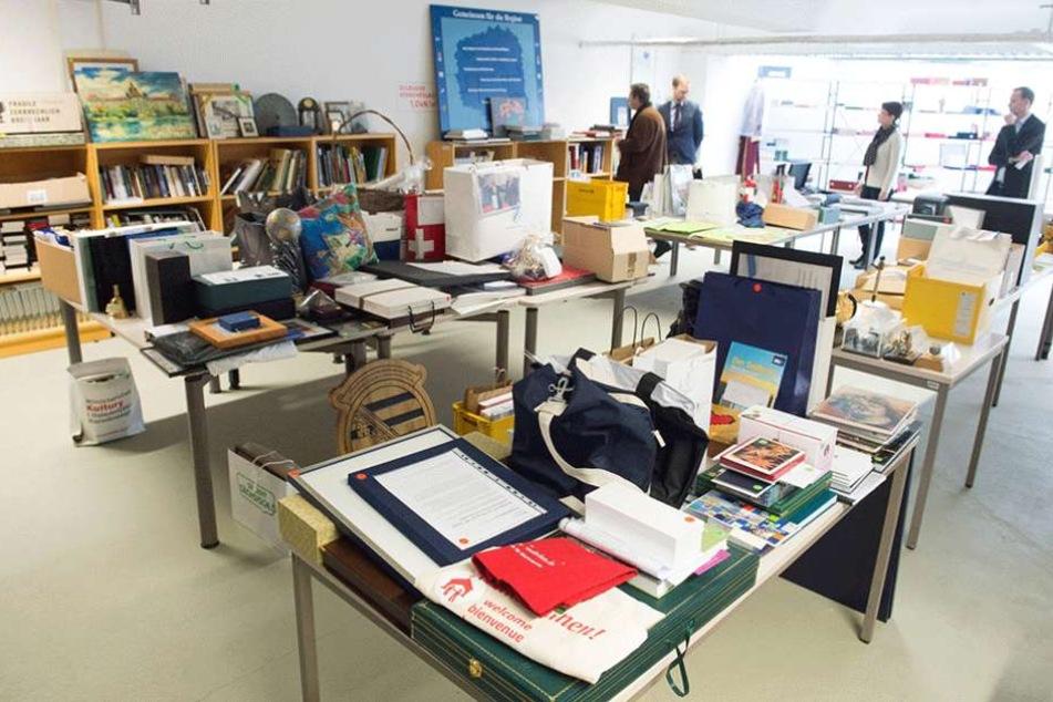 In der Asservatenkammer der Staatskanzlei lagern etwa 2000 Objekte - alles Geschenke an die Ministerpräsidenten.