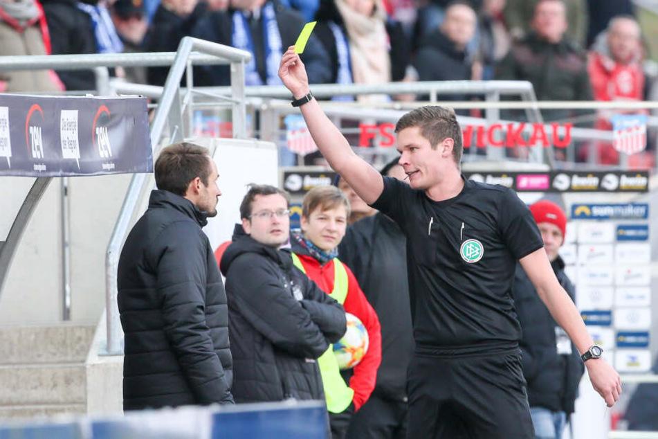 Schiri Florian Exner in Aktion. Hier zeigte er FSV-Sportdirektor Toni Wachsmuth die Gelbe Karte.