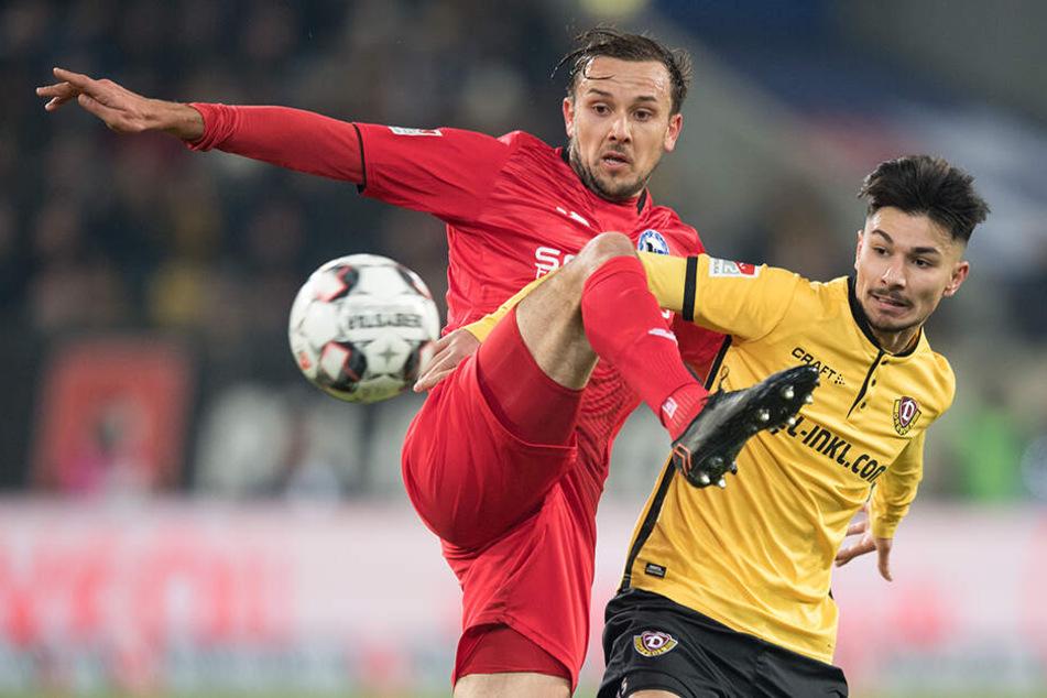 DSC-Kicker Manuel Prietl (l.) im Zweikampf mit Dynamos 1:0-Torschützen Osman Atilgan.