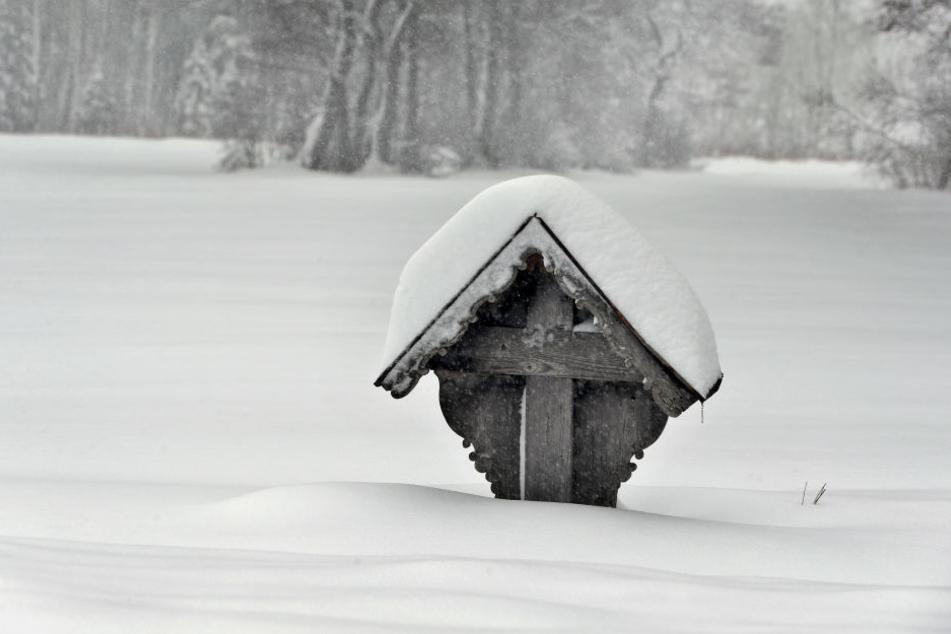 Schnee ohne Ende in Bayern: Ein Wegkreuz in Wessobrunn ist tief eingeschneit.