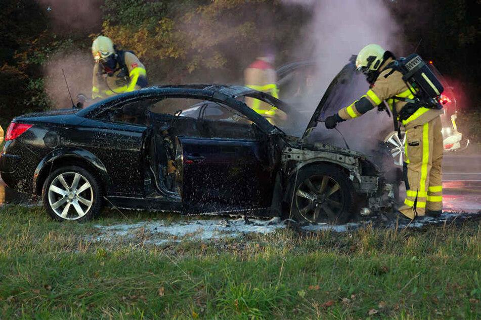 Das Auto brannte vollständig ab. (Symbolbild)