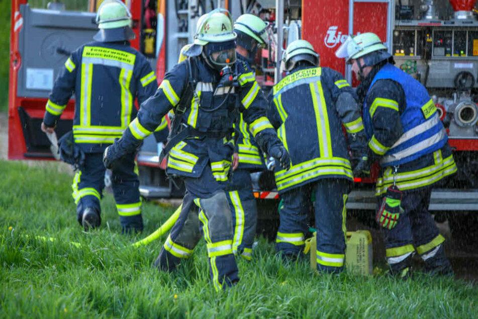 Einsatzkräfte vor Ort. Die schwer verletzten Eheleute kamen ins Krankenhaus.