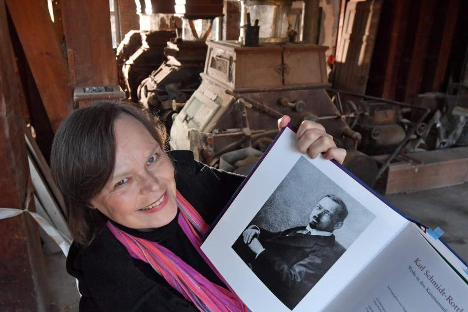 Fördervereins-Vorsitzende Brigitte Pfüller mit einem Porträt des Malers Karl-Schmidt-Rottluff