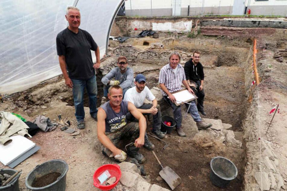 Von links: Gerd Dohmen, Matthias Wolff, Marko Heider, Grabungstechniker Ralf Schlotthauber und Dennis Küster von der Grabungsstelle in Höxters Zentrum.