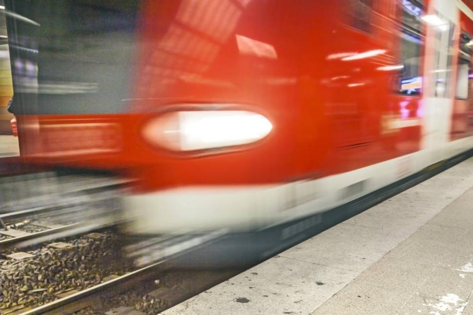 Der 27-Jährige stürzte aus bislang ungeklärter Ursache plötzlich auf die Gleise, als ein Zug einfuhr (Symbolbild).
