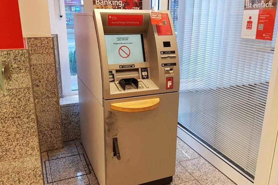 An der Tür des Geldautomaten sind deutliche Spuren der Hammerschläge zu sehen.