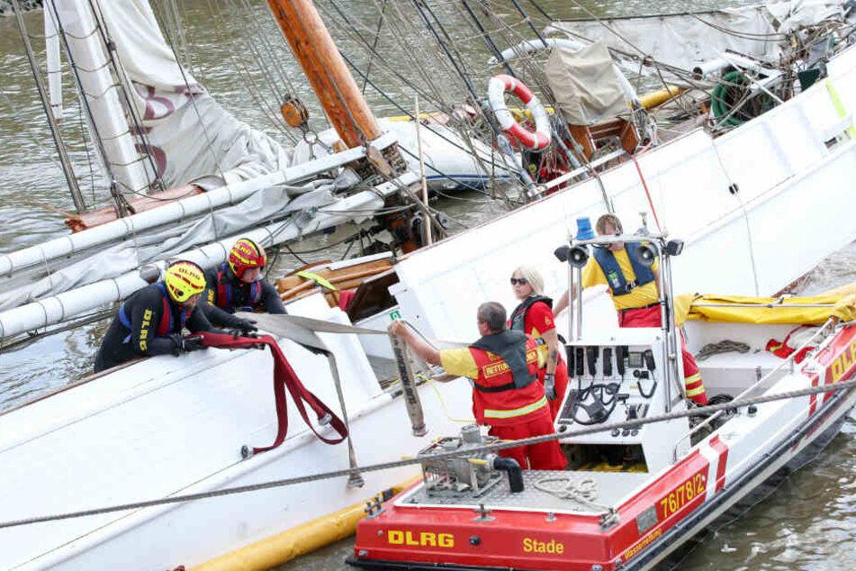 """DLRG-Mitarbeiter sichern auf dem historischen Segelschiff """"No. 5 Elbe"""" Material."""