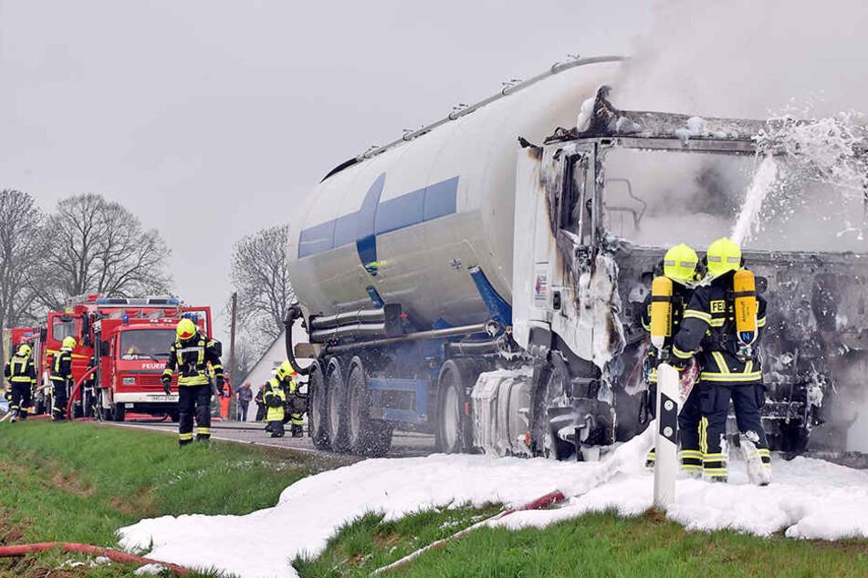 Das Fahrerhaus des Lasters brannte komplett aus.