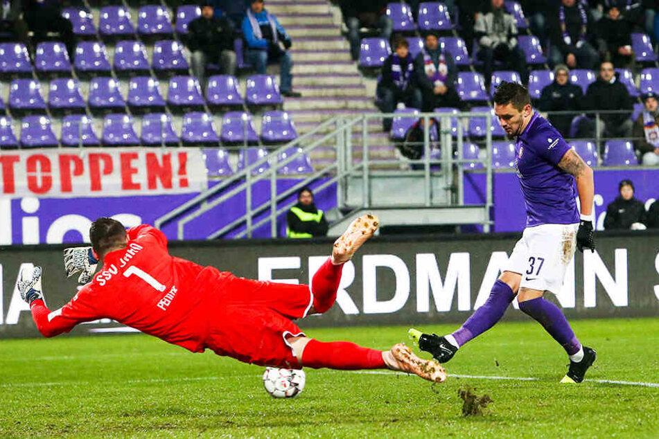 Pascal Testroet (r.) überwindet den Regensburger Torhüter Philipp Pentke. Sind beide in der neuen Saison Kollegen in Aue?